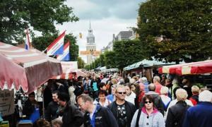 Elk jaar speelt Luc de Jong tijdens de Jouster Merke in de verschillende kroegen en cafe's in Joure.